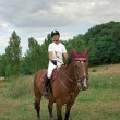 jeune fille chevauche un cheval de course — Photo