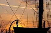 Silhouette d'un canot de sauvetage sur le grand voilier au coucher du soleil — Photo