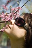 Meisje ruiken de bloemen — Stockfoto