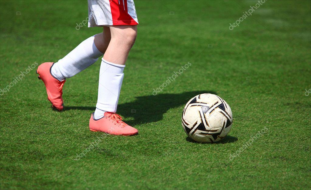 足球运动员腿场和球– 图库图片