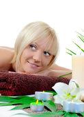 年轻女子在 spa 的过程 — 图库照片