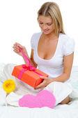 Mujer joven con una caja de regalo — Foto de Stock