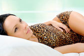 žena spí v posteli — Stock fotografie
