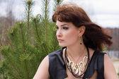 Stående ung kvinna i skogen, profil — Stockfoto