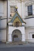 Entrance to the tomb of the Romanov boyars in Novospassky Monastery — Stock Photo