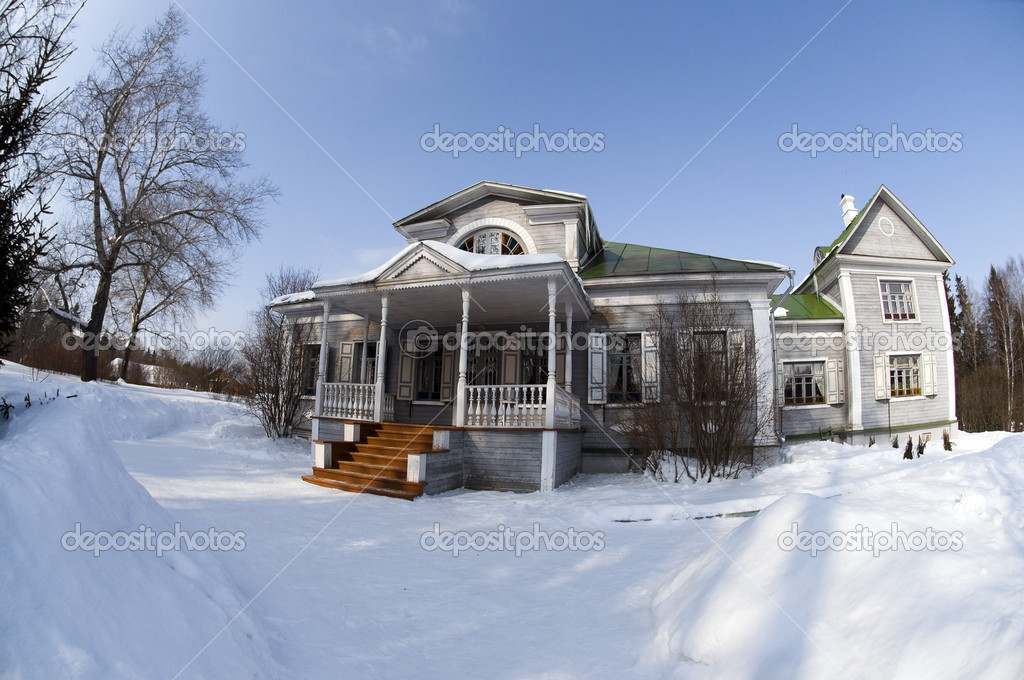 旧木房子在雪中— photo