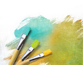 Pinceles de artista con medio acabado lienzo pintado — Foto de Stock