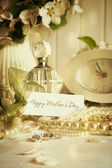 Carte de note avec des bijoux pour la fête des mères — Photo