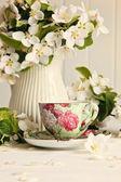 šálek čaje s květy kytka — Stock fotografie