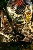 Silber party schuhe stock mit sektglas — Stockfoto