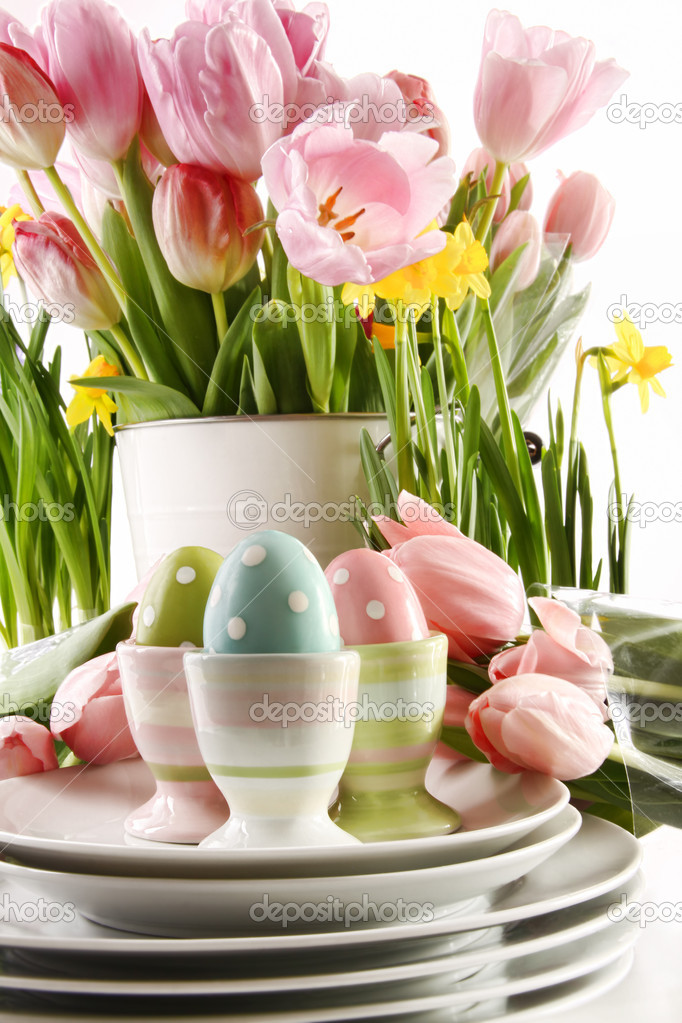 Easter eggs in cups with spring flowers on white background — Stock Photo #8863464