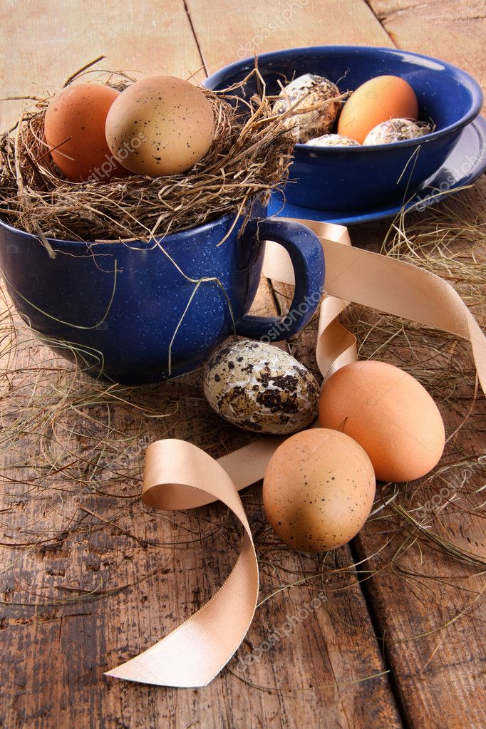 Easter eggs in enamel cup with ribbons — Stock Photo #9164444