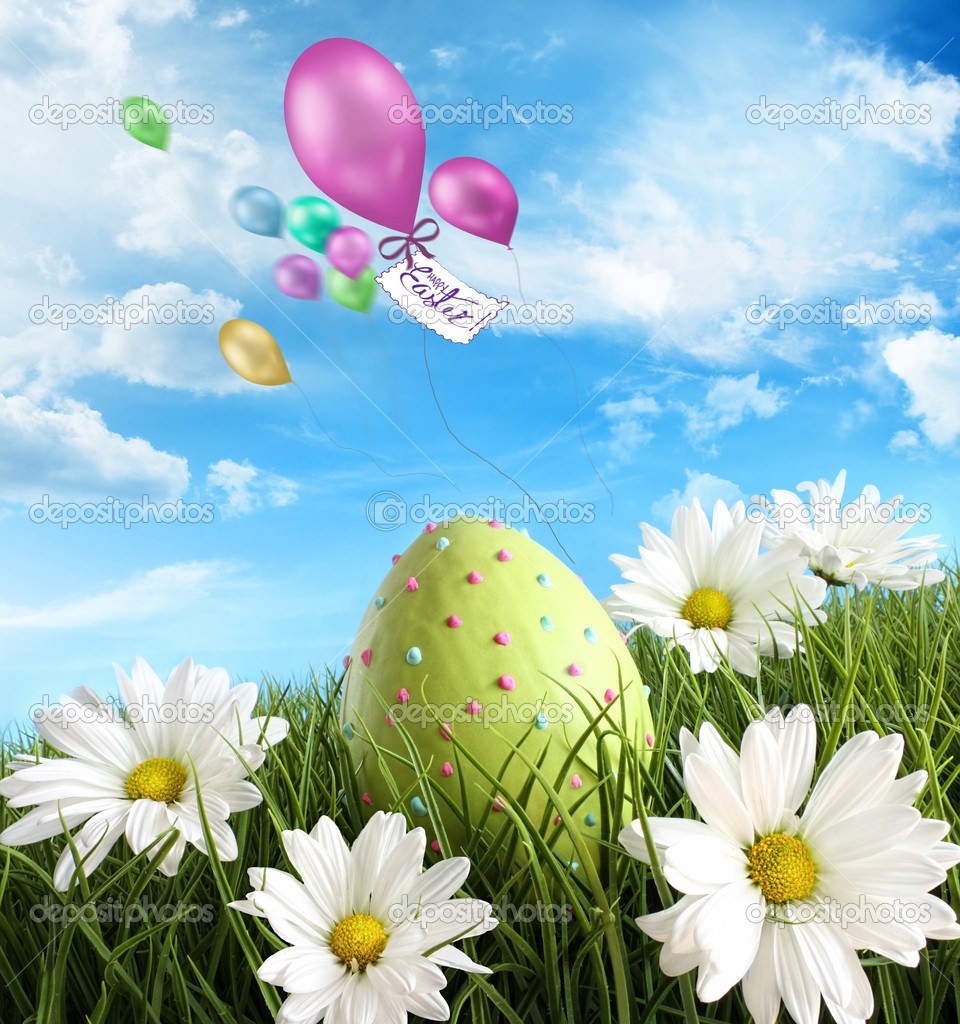 Decorated easter egg in the grass with daisies — Stock Photo #9164472