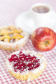 Hermoso pastel con fresas, manzana y té en tela escocesa — Foto de Stock