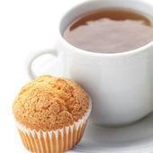 Taza de té y muffin aislado en blanco — Foto de Stock