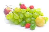 Reihe von weißen trauben, pfirsich und pflaume isoliert auf weiss gelb — Stockfoto