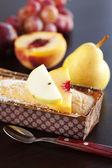 桃、梨、梅、ココナッツ ケーキ、スプーン、木製タブのブドウ — ストック写真