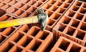 Holle bakstenen met hamer — Stockfoto