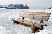 Isolierte bank in schnee scape — Stockfoto
