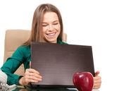 Oficinista de hermosa mujer con portátil y manzana — Foto de Stock