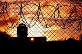 Západ slunce nad vězeňský dvůr — Stock fotografie