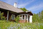 Casa de campo en campo — Foto de Stock