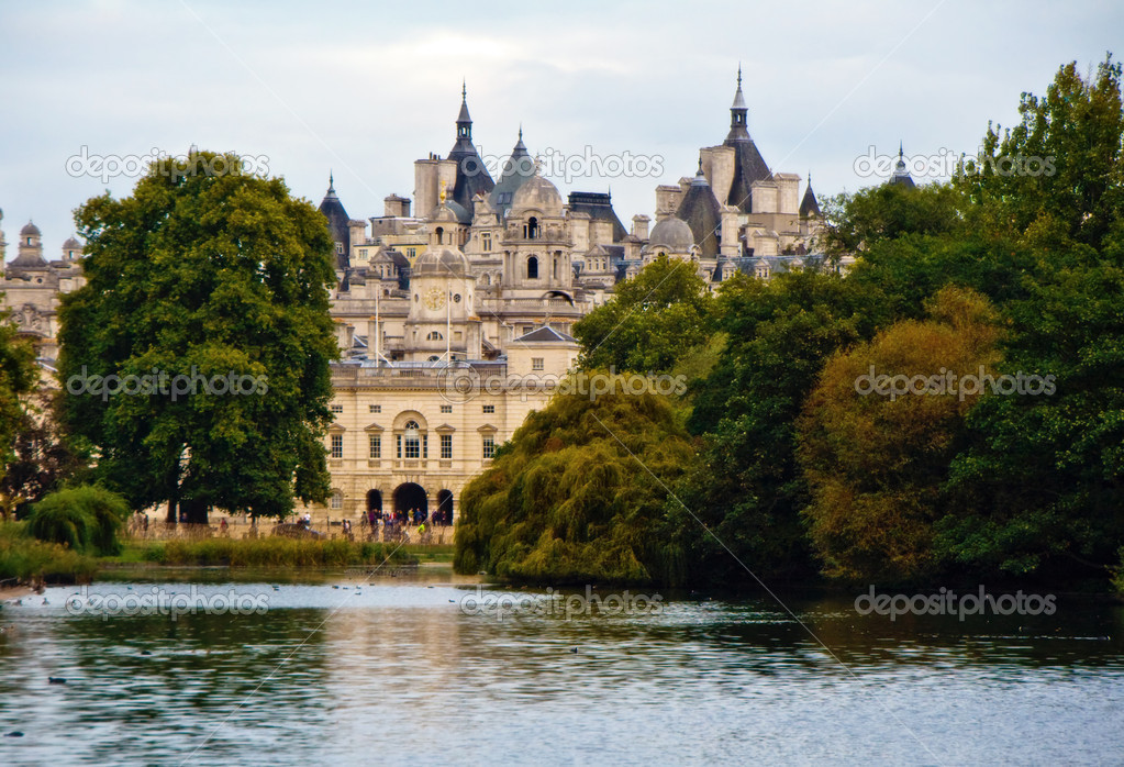 Scenic view over lake in St. James's Park with historic building in background, London, England — Stock Photo #8521421