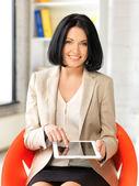 ευτυχισμένη γυναίκα με τον υπολογιστή tablet pc — Φωτογραφία Αρχείου