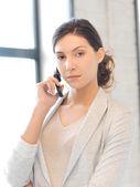 Femme d'affaires avec téléphone portable — Photo