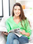 Szczęśliwa i uśmiechnięta kobieta z magazynu — Zdjęcie stockowe