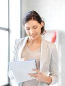 Mujer feliz con gran bloc de notas — Foto de Stock