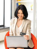 Happy woman with laptop computer and credit card — Foto Stock