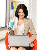 Szczęśliwa kobieta z laptopa — Zdjęcie stockowe