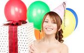 Chica de fiesta con globos y caja de regalo — Foto de Stock