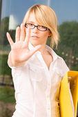Mladá žena při zastavení gesto — Stock fotografie