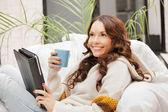 Mulher feliz com computador pc da tabuleta — Foto Stock