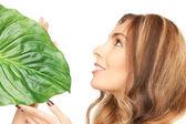 Frau mit grünen blatt — Stockfoto