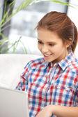 Gelukkige vrouw met laptopcomputer — Stockfoto