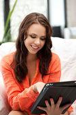 счастливая женщина с tablet pc компьютер — Стоковое фото