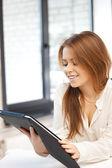 Gelukkige vrouw met tablet pc-computer — Stockfoto
