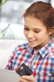 Glad kvinna med bärbar dator och kreditkort — Stockfoto