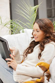Szczęśliwa kobieta z komputera typu tablet pc — Zdjęcie stockowe