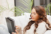 Klidná žena s počítači tablet pc — Stock fotografie