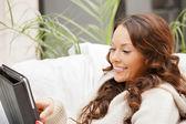Tablet pc 计算机的幸福女人 — 图库照片