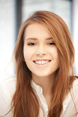 Kobieta szczęśliwa i uśmiechnięta — Zdjęcie stockowe