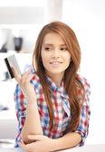 Nadenkend vrouw met creditcard — Stockfoto