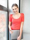 快乐和微笑着少女手中的笔记本电脑 — 图库照片