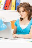 Glad kvinna med bärbar dator — Stockfoto