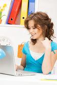 ラップトップ コンピューターとの幸せな女 — ストック写真