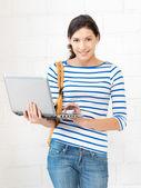 ラップトップ コンピューターで幸せな十代の少女 — ストック写真